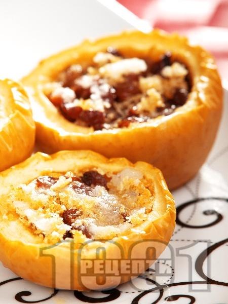 Печени ябълки с орехи и стафиди - снимка на рецептата